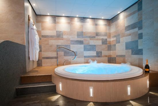 The jacuzzi in the thermal suite at the haven spa exeter for Hotel jacuzzi 13