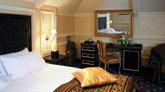 Villa Le Premier: Versace Suite