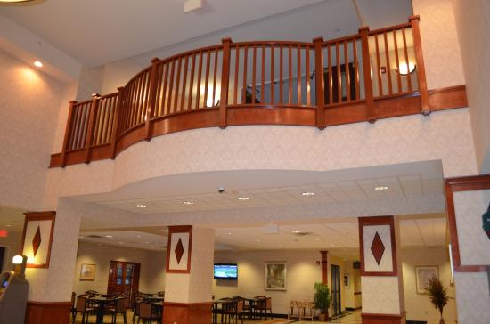Wingate by Wyndham Chesapeake: Balcony Overlooking Guest Services Area