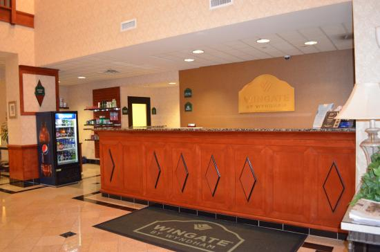 Wingate by Wyndham Chesapeake: Reception Desk
