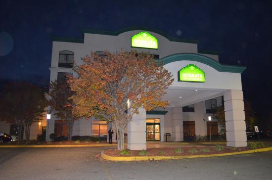 Wingate by Wyndham Chesapeake: Hotel at night