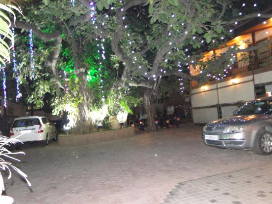 Hotel Beach Garden: night view of hotel outer side