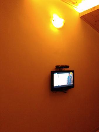 Hotel Beach Garden: small room having small lcd