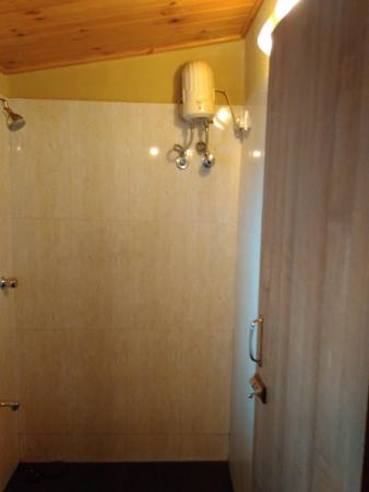 Hotel Beach Garden: bathroom having no bucket and bathing mug