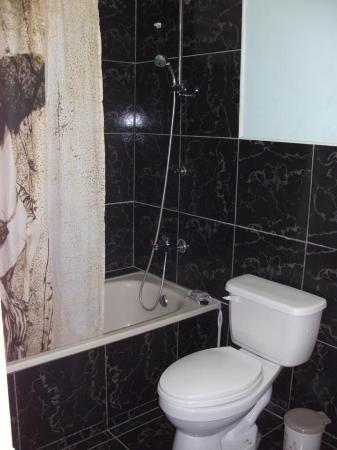 Casa Particular : bagno di tipo europeo,con belle ceramiche e vasca da bagno