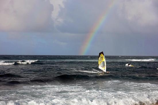 Пайя, Гавайи: Windsurfer mit Regenbogen