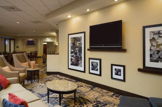 Hampton Inn & Suites Hershey: Lobby Seating Area