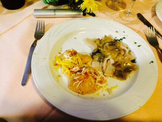 Grimacco, Italia: tortelli di zucca ripieni con scaglie di ricotta, burro fuso-tajadele di castagne con sugo di fu