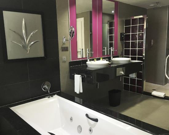 Open plan bathroom with whirlpool bath bild fr n hotel for Bathroom designs jamaica