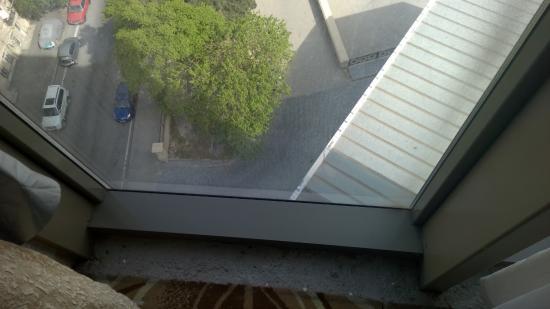 Golden Coast Hotel : Вид из номера. Ковролин около окна отсутствует, полоска голого бетона около окна