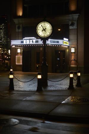 The Roxy Hotel Tribeca: Hotel Entrance at night