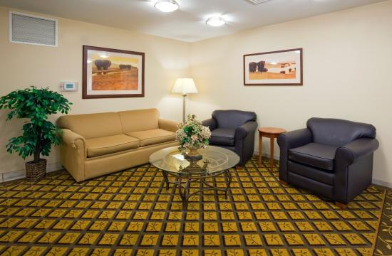 Brown Deer, WI: Hotel Lobby