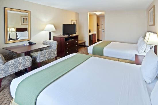 Holiday Inn Express Sumner Two Queen Beds Guest Room