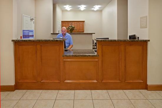 Candlewood Suites Longview: Front Desk