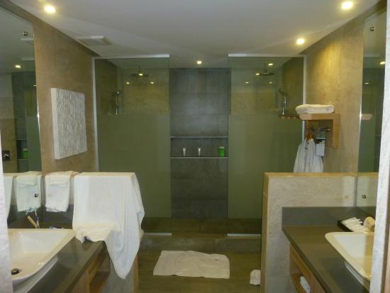 salle de bain rénové double douche double vasque - Bild von ...