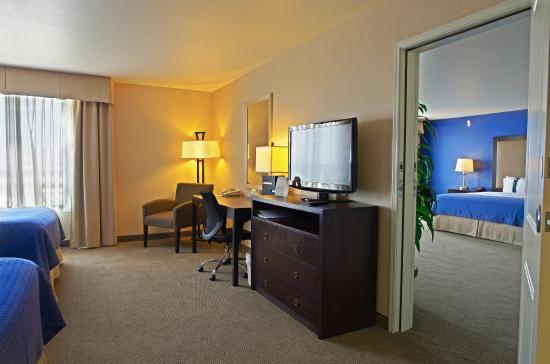 Holiday Inn Hotel Suites Phoenix Airport Adjoining Rooms Ideal For Families Or Groups