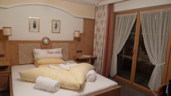 Hotel Alpenjuwel Jager: Gemütliches Bett mit Blick auf Berge
