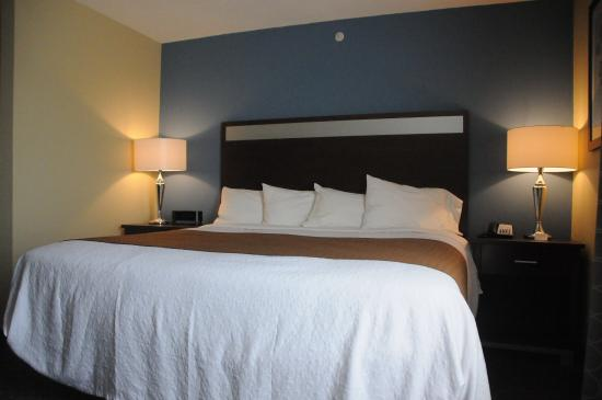 Kulpsville, Пенсильвания: Enjoy plush triple sheeted beds with large soft & firm pillows!