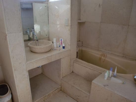 Puri Wisata Bungalows: バスルーム