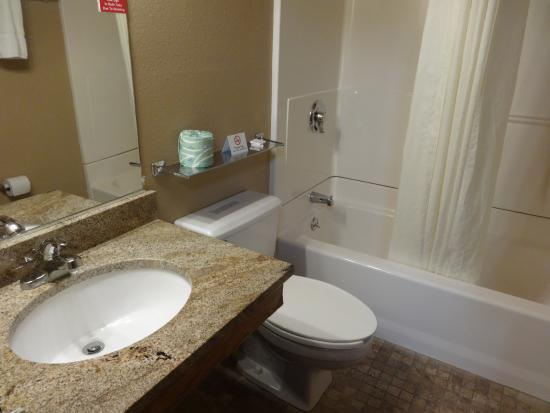 Home Place Inn: I LOVED soaking in this tub!!!