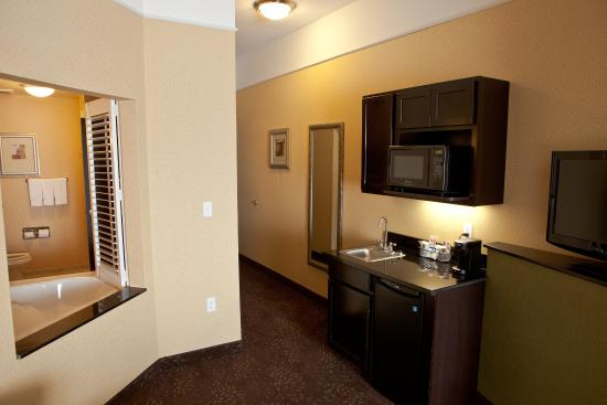 Dimondale, MI: King Whirlpool Suite