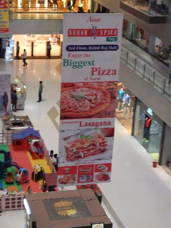 Surat, Indie: If only this banner were true.  I was looking forward to that pizza.