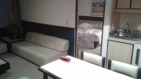 Hotel Suites Real 97: гостиная и спальня
