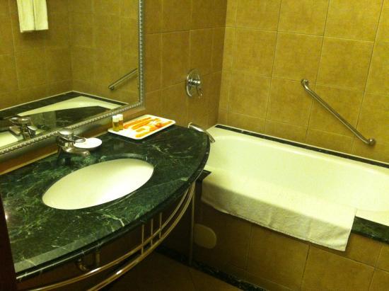Wei-Yat Toong Mao Grand Hotel : Bad mit Wanne und Dusche