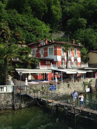 Hotel Elvezia al Lago: Вид на отель со стороны озера