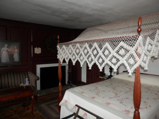 Whitehall Mansion Inn: Large fireplace