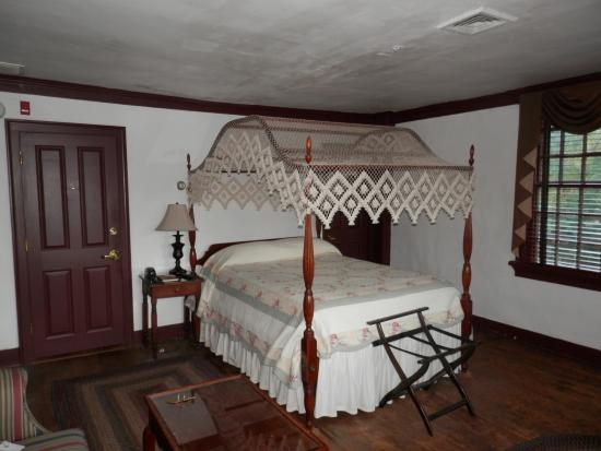 Whitehall Mansion Inn: 4 poster canopy bed