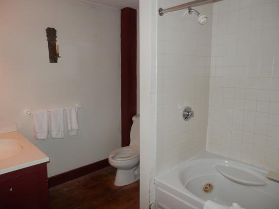 Whitehall Mansion Inn: Good shower and whirlpool bath