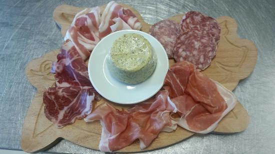Castellucchio, Italië: 1 porzione di Salumi con polenta taragna (di solito servita nel piatto e non sul tagliere)