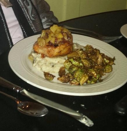 Hertford, Carolina del Norte: Grilled marinated pork chop, sautéed apple and bacon compote, honey cinnamon mashed potatoes, br