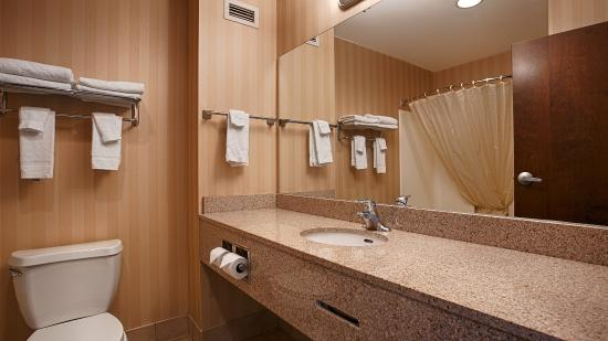 Lebanon Valley Inn & Suites: Bathroom