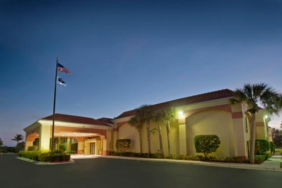 Hampton Inn Jupiter/Juno Beach: Hotel Exterior at Night