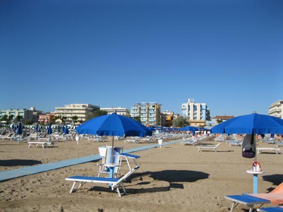 Spiaggia Bagno 121 con Hotel Helios alle spalle