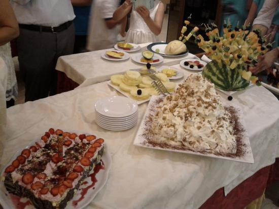 Hotel Helios: Particolare del tavolo dolci e frutta a Ferragosto