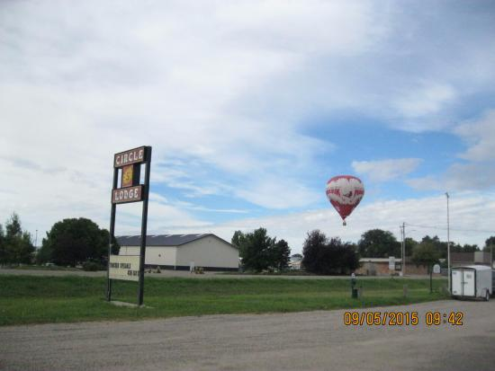Circle S Lodge: sign and hot air balloon outdoors.