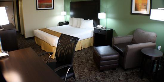 Солана-Бич, Калифорния: Holiday Inn Express Solana Beach King Guestroom with lounge chair