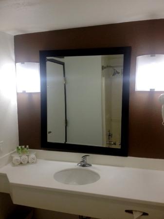 Солана-Бич, Калифорния: Guest Room Baths now Feature Bath and Body Works Amenities