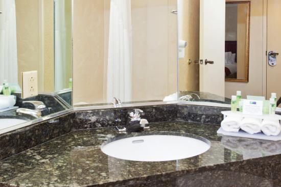 Holiday Inn Express Carrollton: Guest Bathroom