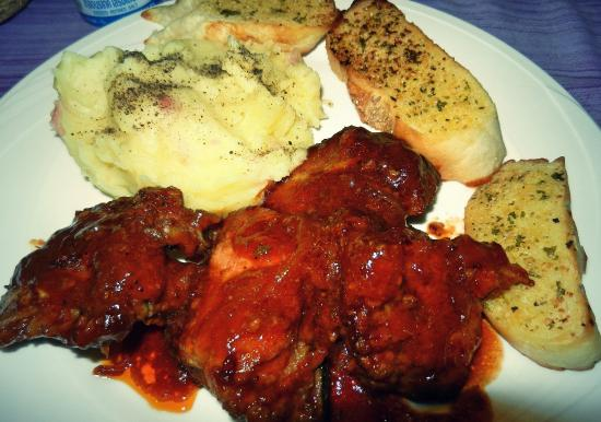 Good Dream Guesthouse : Ribs, mashed potatoes and garlic bread.