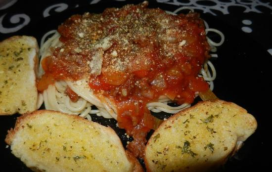 Good Dream Guesthouse : Spaghetti Bolognese and garlic bread.