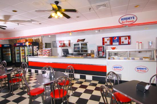 Ramada by Wyndham Kissimmee Gateway: Deli and Andy's Pizza