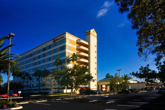 Ramada Kissimmee Gateway: Front Of Hotel