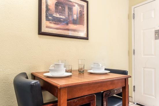 Home Towne Studios - Chamblee: Guest room