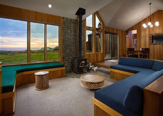 Sea Ranch Lodge: Toto Living Room