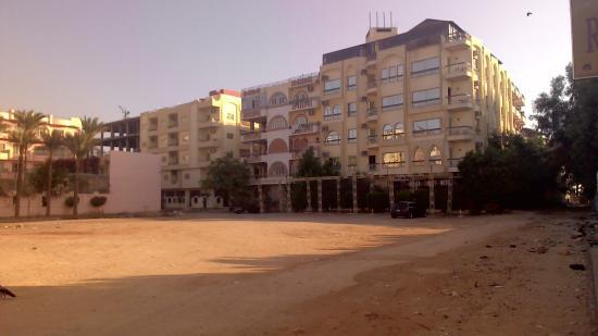 Golden Rose Hotel: Территори вокруг....
