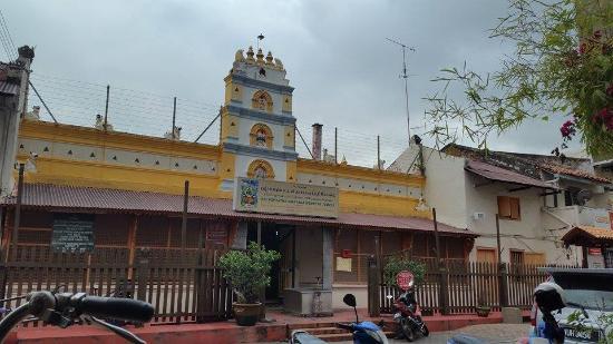 Cheng Ho Guest House : Berhadapan Kuil hindu yang bersebelahan dengan Masjid